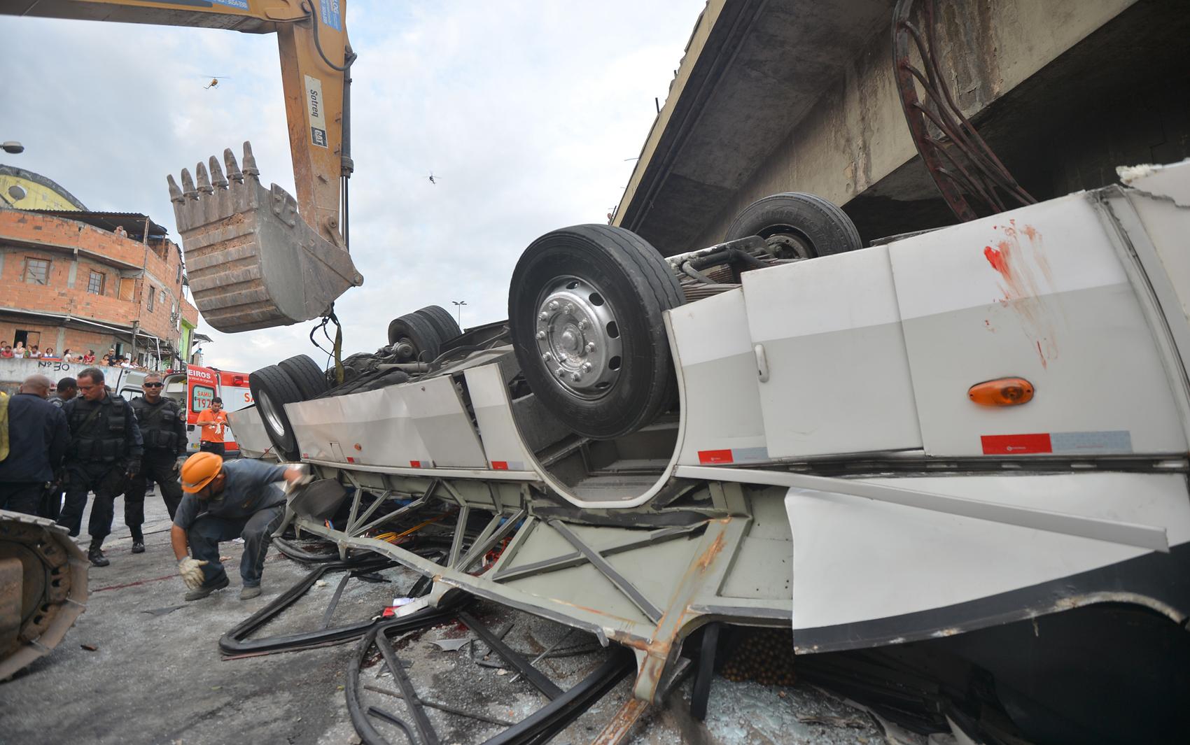 Ônibus destruído depois de cair de um viaduto no Rio de Janeiro.