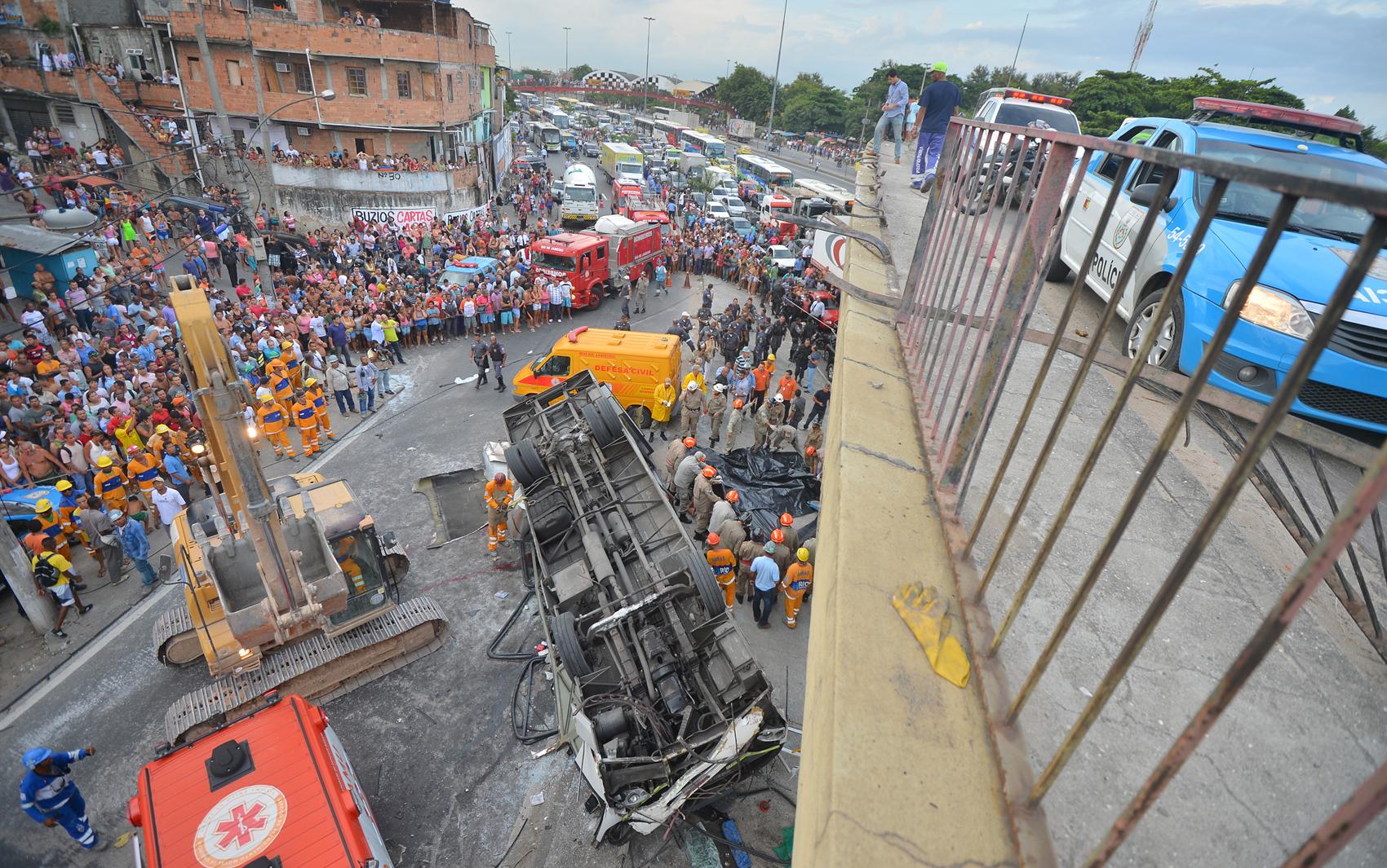 Multidão acompanha resgate das vítimas do acidente com ônibus no Rio de Janeiro.