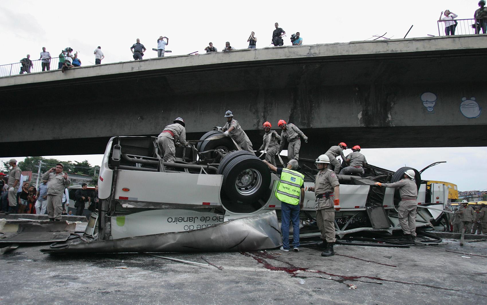 Resgata trabalha no ônibus que caiu do viaduto nesta terça (02) no Rio de Janeiro.