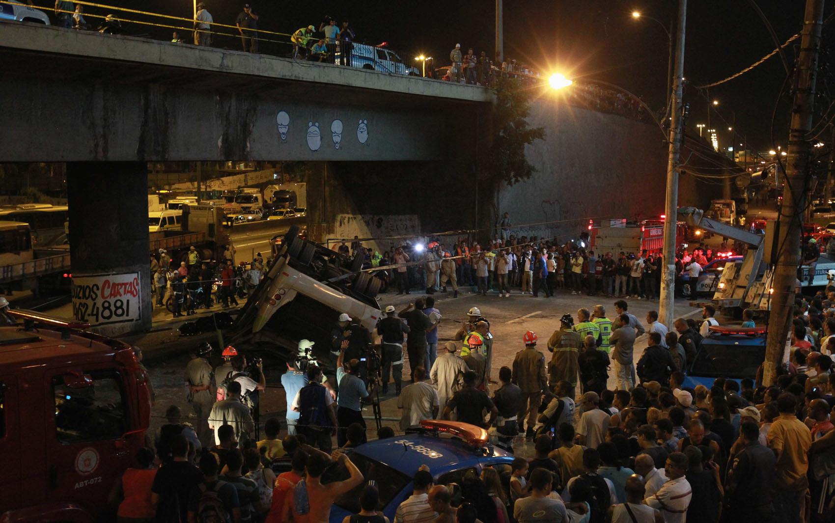 No começo da noite equipes trabalhavam para desvirar o ônibus acidentado no Rio de Janeiro.