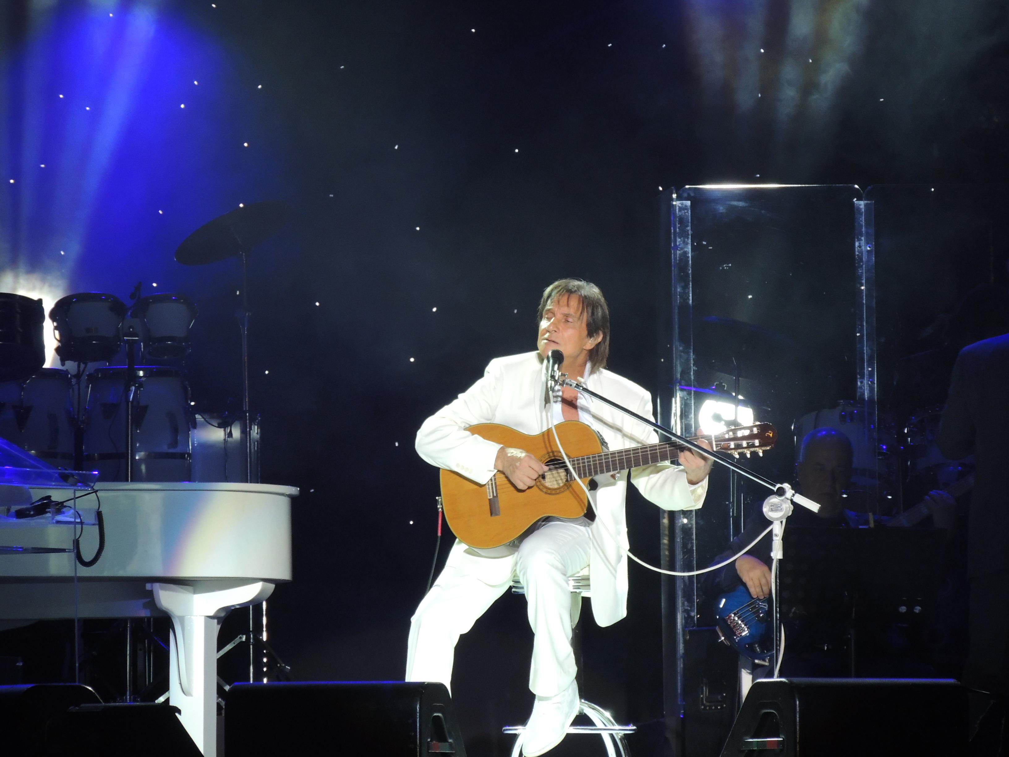 Roberto Carlos levou o violão para o palco