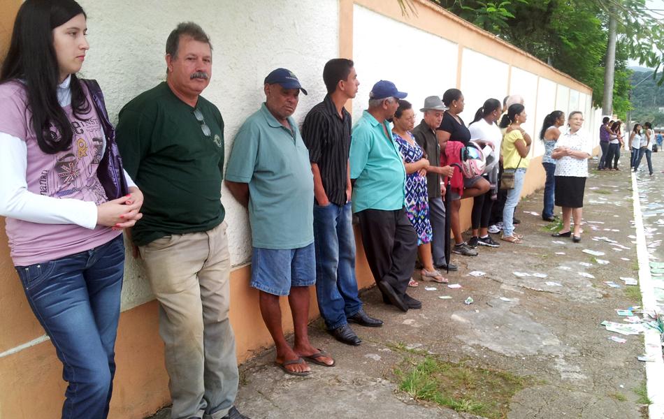 Eleitores formam fila para exercer o dever do voto em Eldorado
