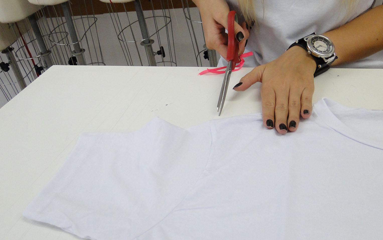 Comece a cortar a manga a uma distancia de quatro dedos da gola do abada.
