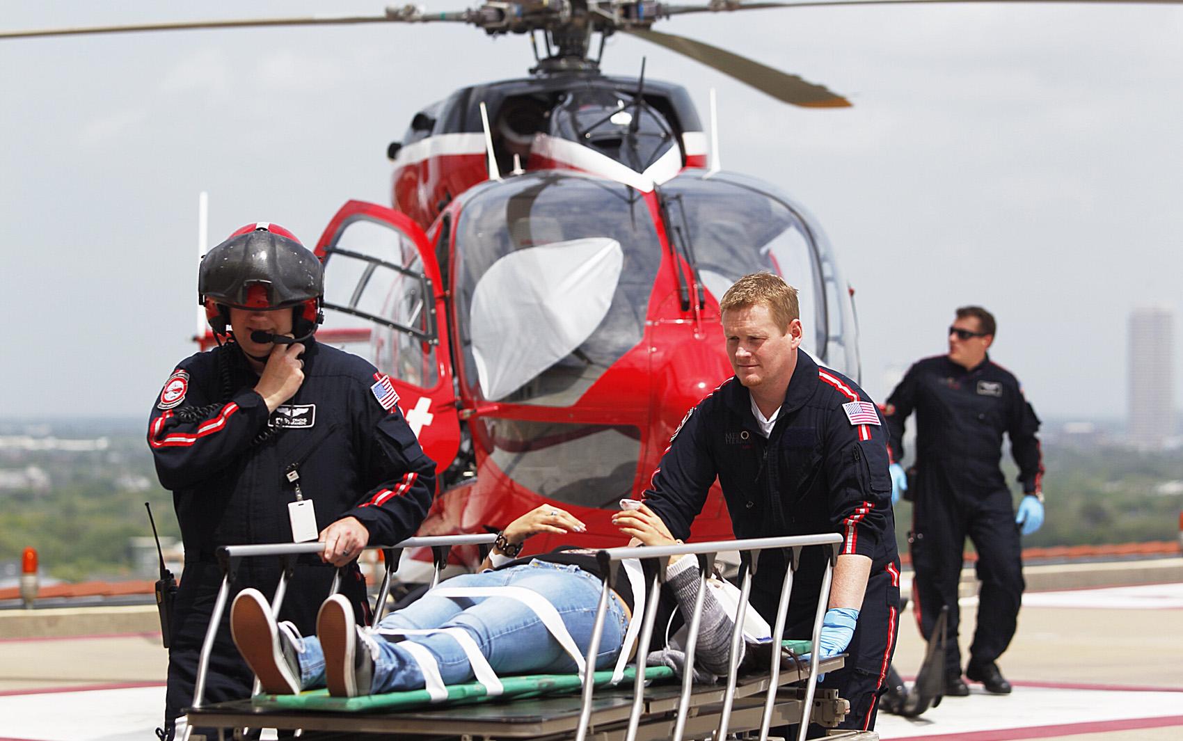 Equipes de emergência e um helicóptero atendem feridos do ataque no campus do Lone Star College, em Cypress.