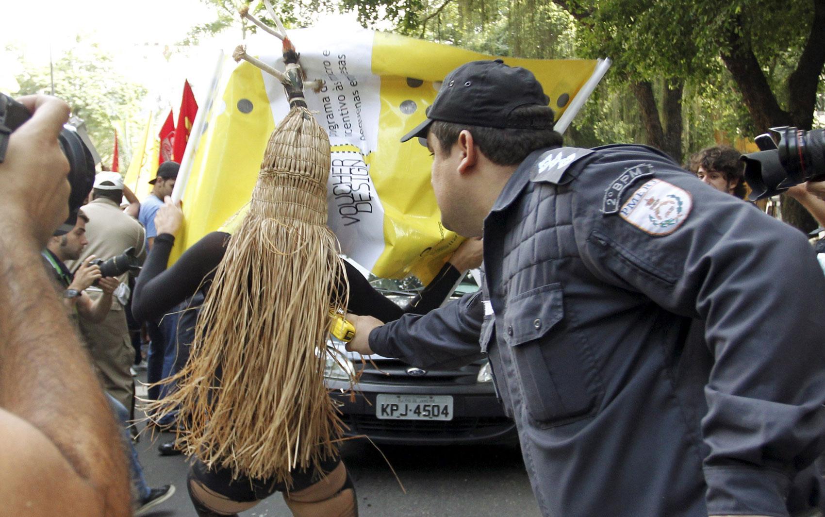 Policial usa arma de choque contra manifestante