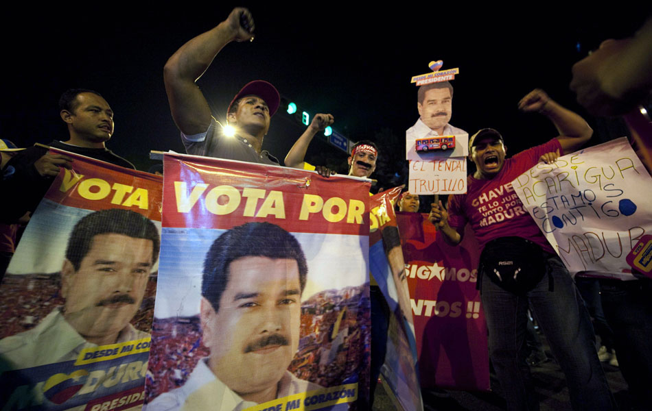 Venezuelanos aguardam os resultados da eleição presidencial para substituir o falecido líder Hugo Chávez