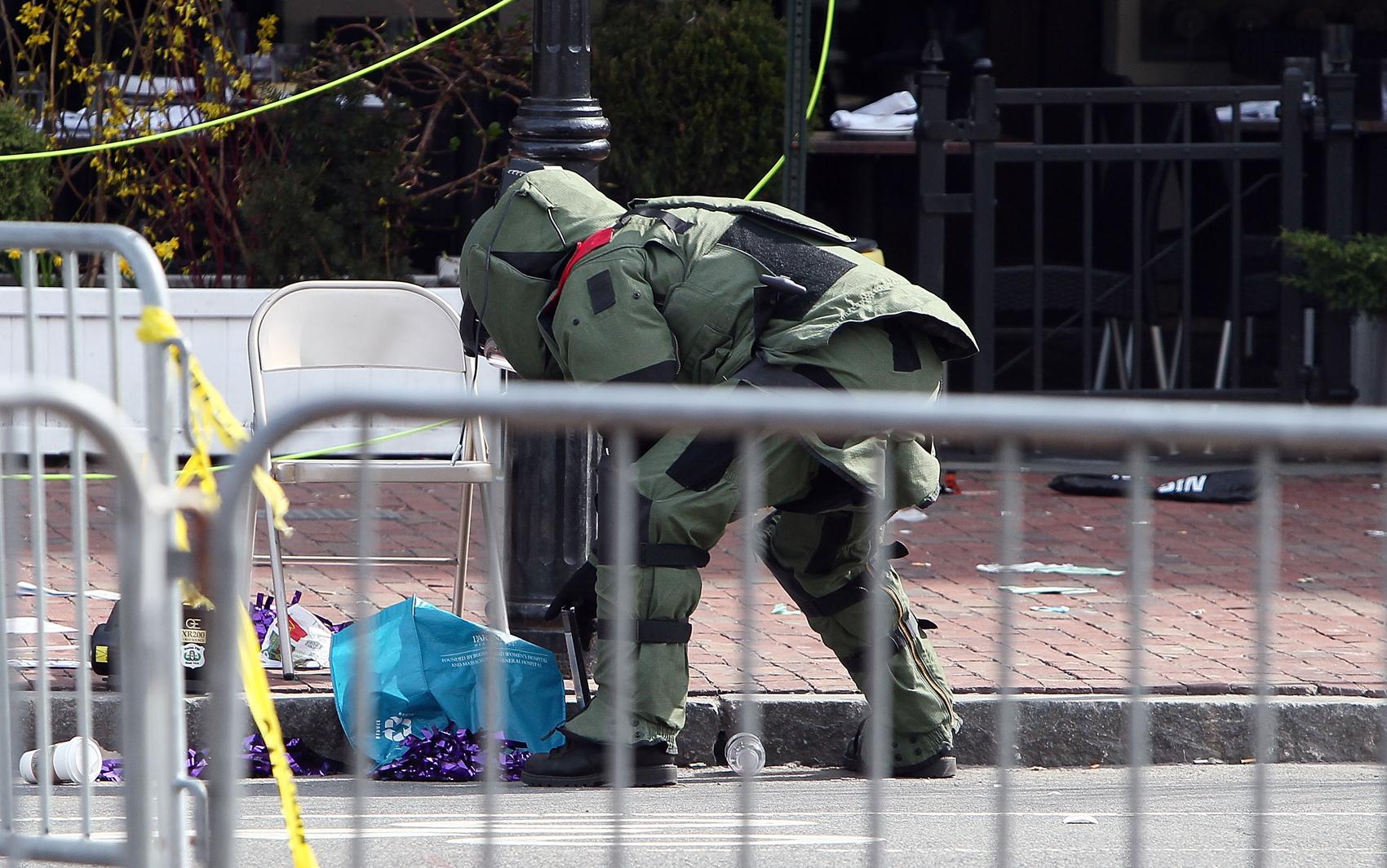 Esquadrão antibombas verifica pacotes suspeitos em local próximo de outras explosões durante Maratona em Boston.