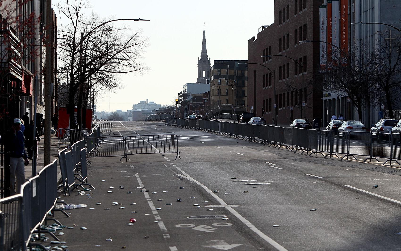 Local da explosão vazio no final do dia em Boston.