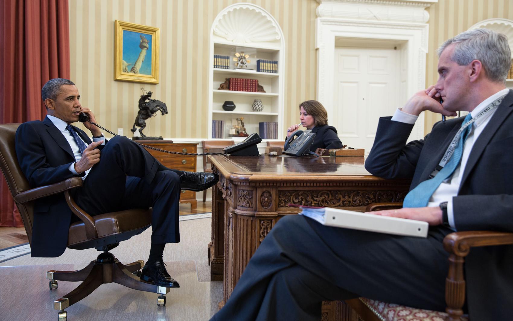 Foto divulgada pela Casa Branca mostra Barack Obama ao telefone com o diretor do FBI, Robert Mueller, para receber atualização sobre as explosões que ocorreram em Boston.