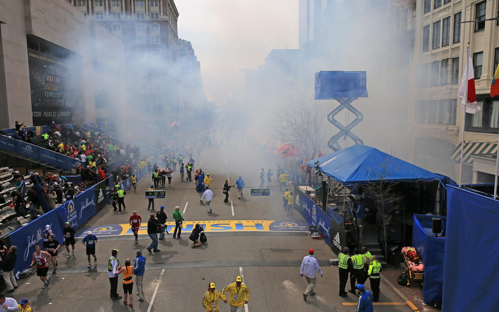 Foto mostra fumaça momentos depois de uma das explosões na linha de chegada da Maratona de Boston.