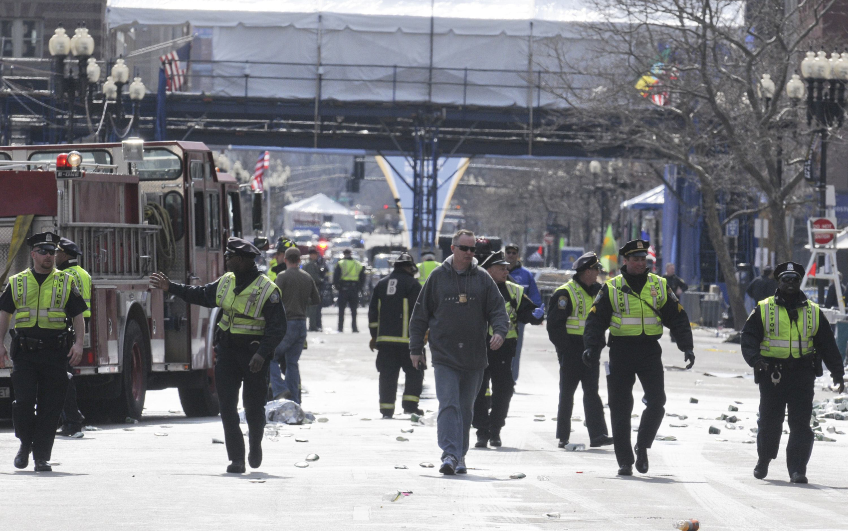 Policiais patrulham a área onde duas explosões mataram pelo menos duas pessoas em Boston.
