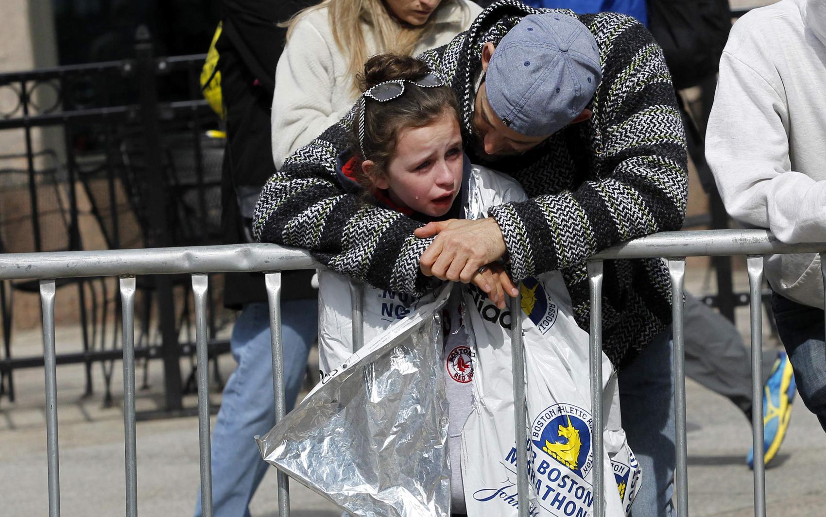 Garota é consolada ao acompanhar o resgate dos feridos na explosão em Boston.