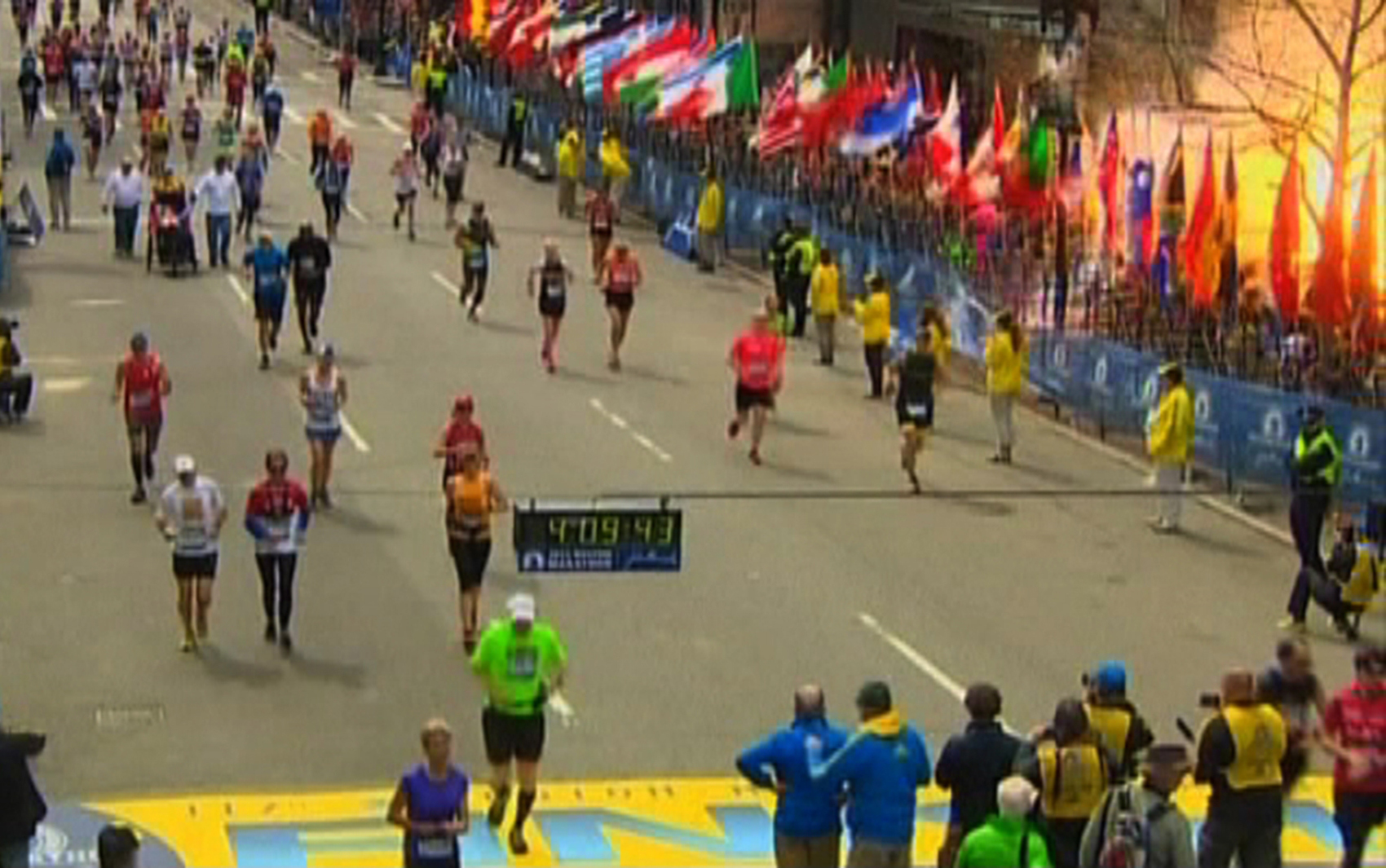 Frame de vídeo da NBC mostra momento da explosão próximo da linha de chegada da Maratona de Boston.