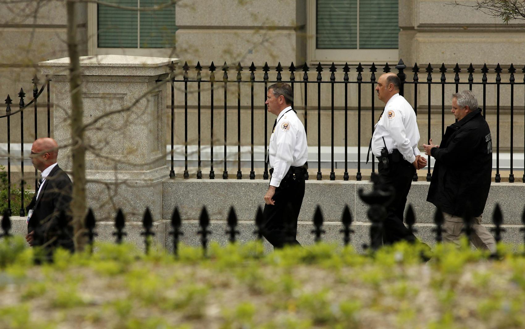 Agentes do Serviço Secreto dos EUA andam no complexo da Casa Branca, em Washington, depois de explosões durante maratona de Boston.