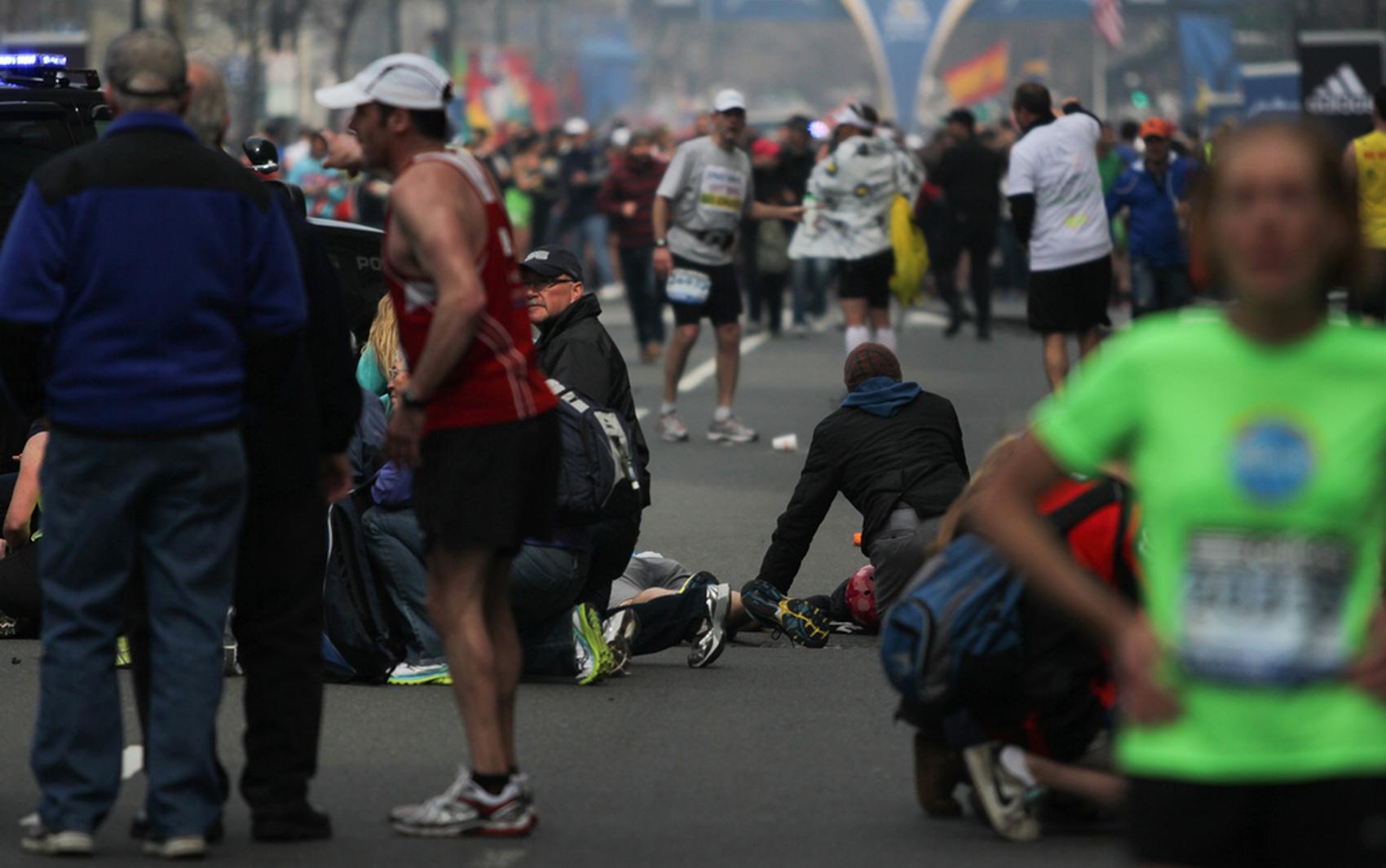 Atletas feridos são atendidos no local de explosão em Boston.