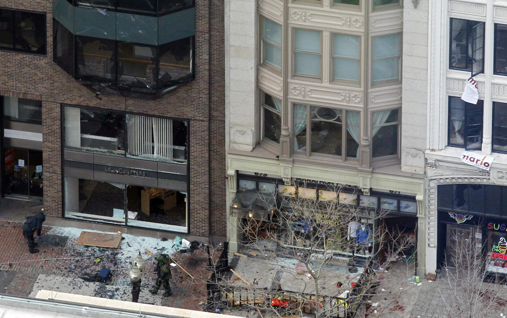 Foto mostra local da explosão próximo da linha de chegada na Maratona de Boston.