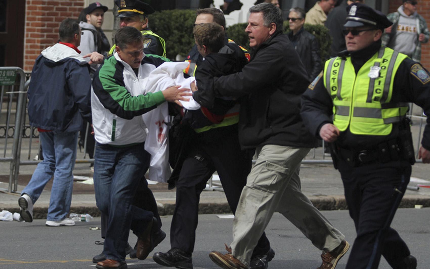 Rapaz ferido em uma das explosões recebe atendimento.