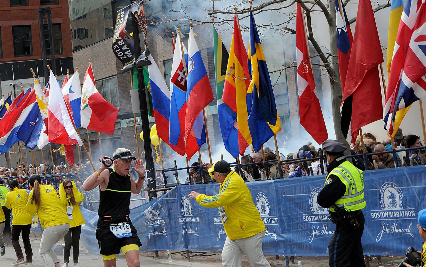Foto feita no momento de uma das explosões durante a Maratona nos EUA.
