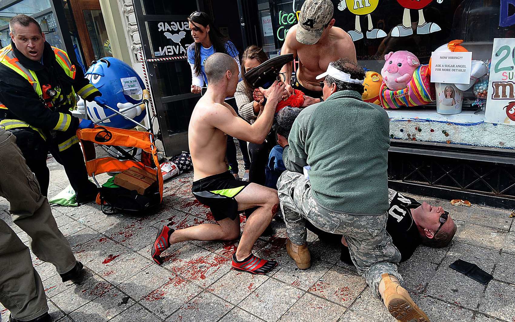 Pessoas ajudam nos primeiros socorros depois da explosão em Boston.