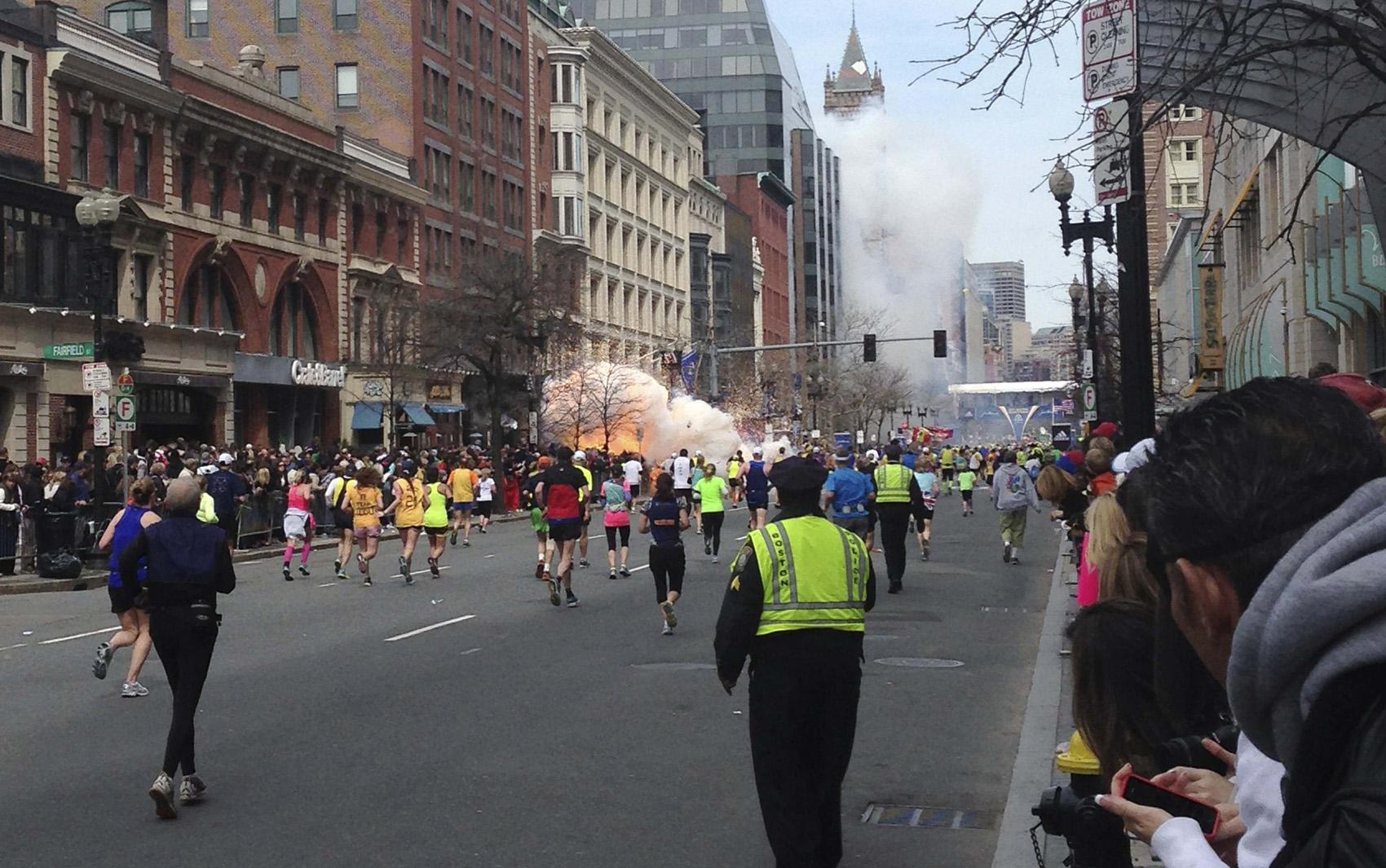 Maratonistas continuam correndo mesmo depois da segunda explosão.