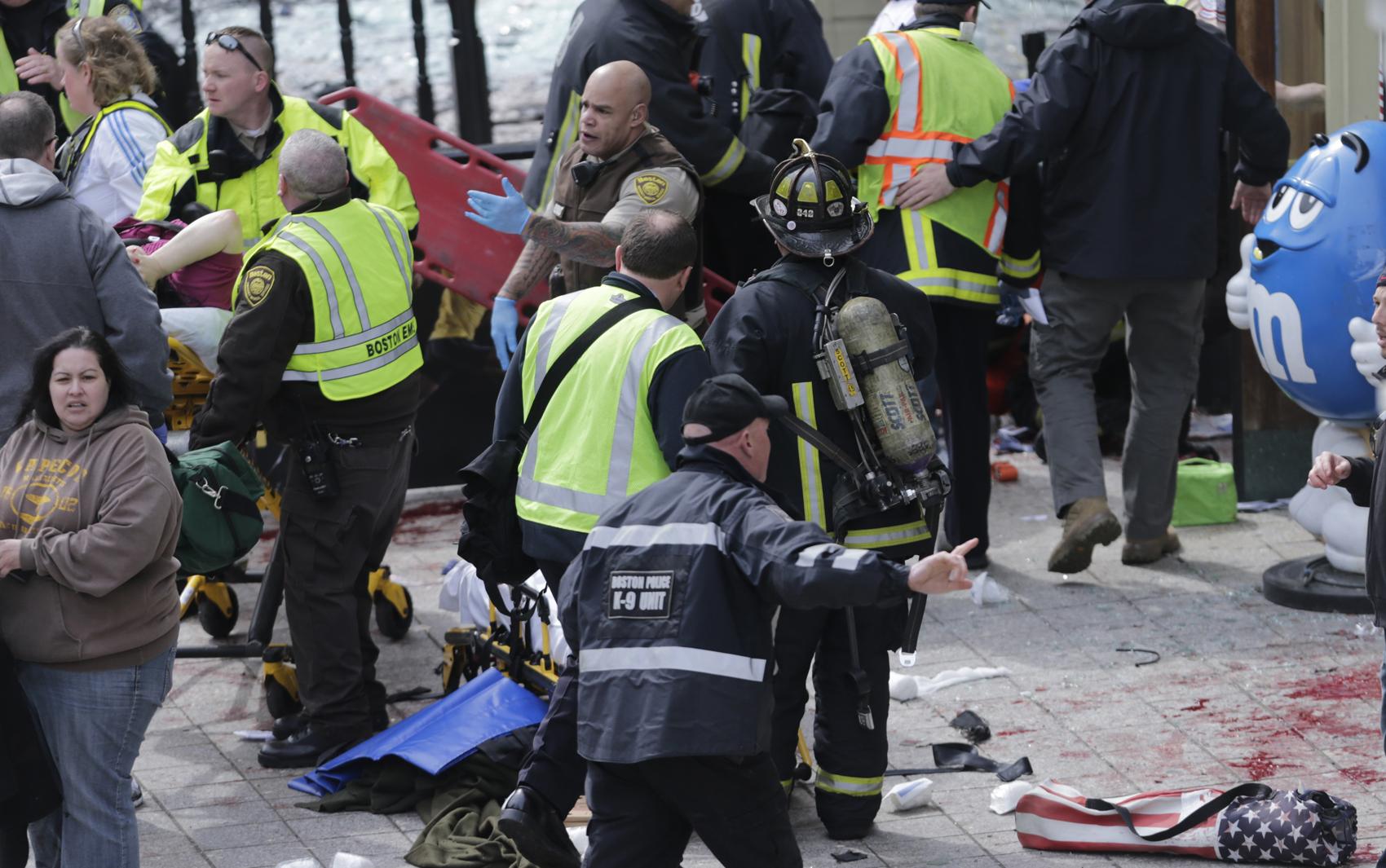 Equipes de resgate trabalham no local da explosão durante Maratona de Boston.