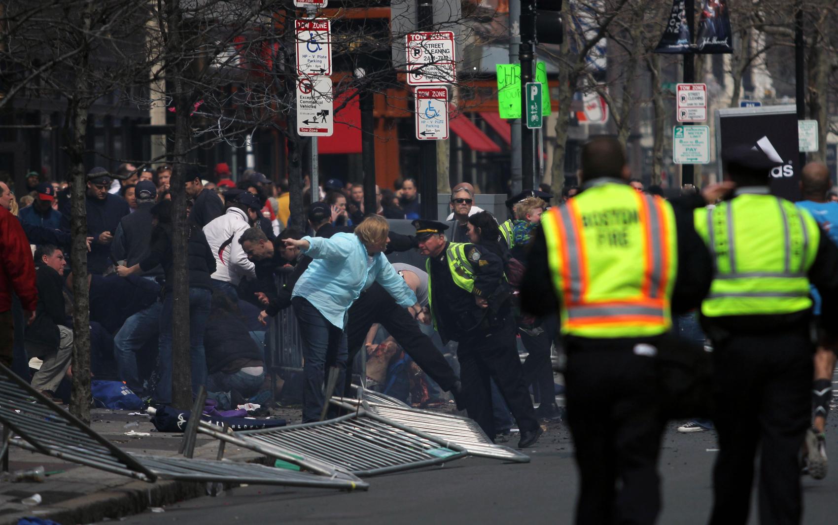 Policiais chegam ao local de uma das explosões durante a maratona de Boston.