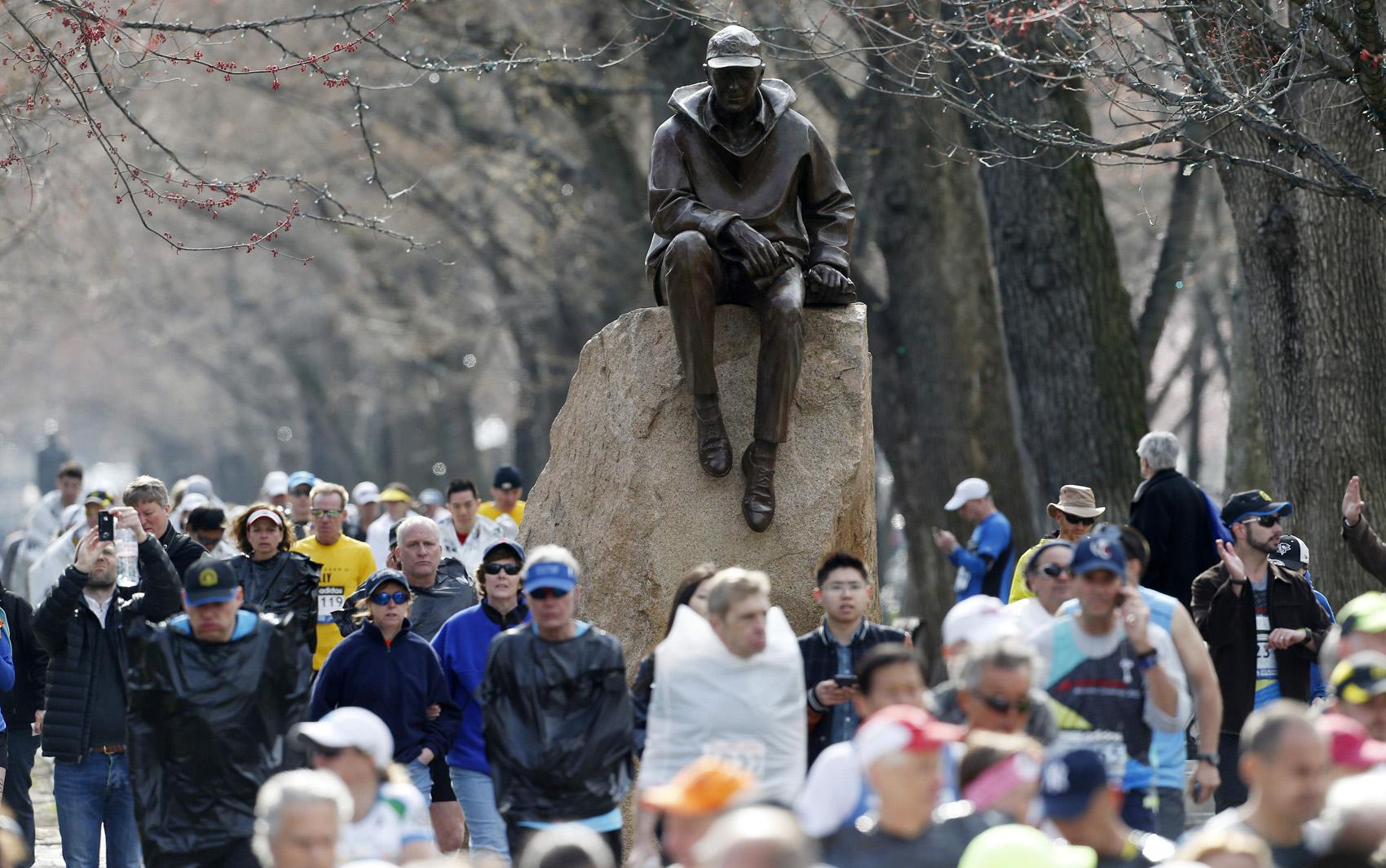 Atletas aguardam notícias sobre feridos durante explosões na Maratona de Boston.