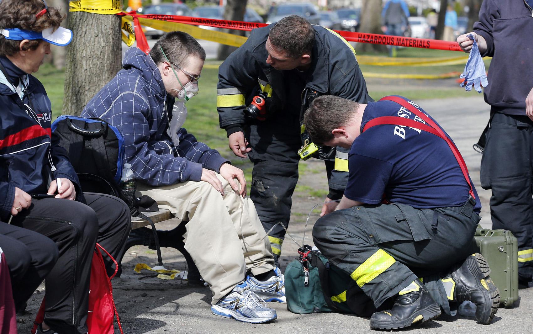 Bombeiros atendem homem depois de explosão em Boston.