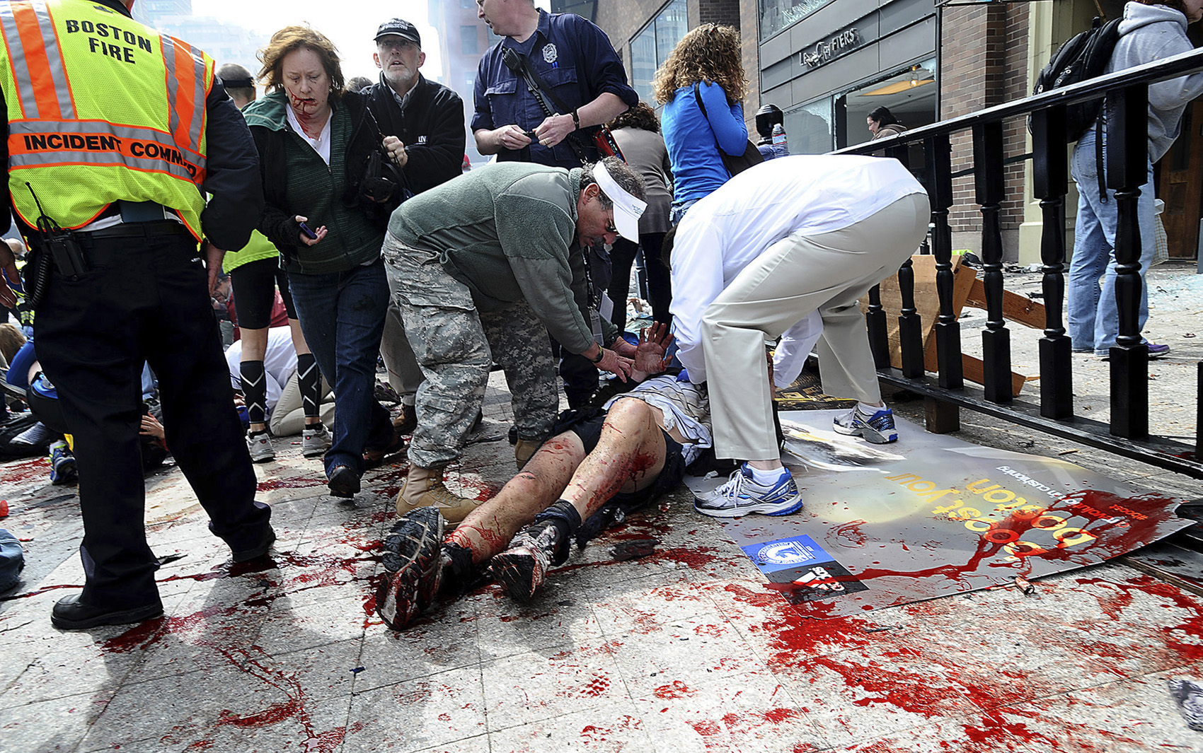 Ferido recebe atendimento logo após explosão na Maratona de Boston.