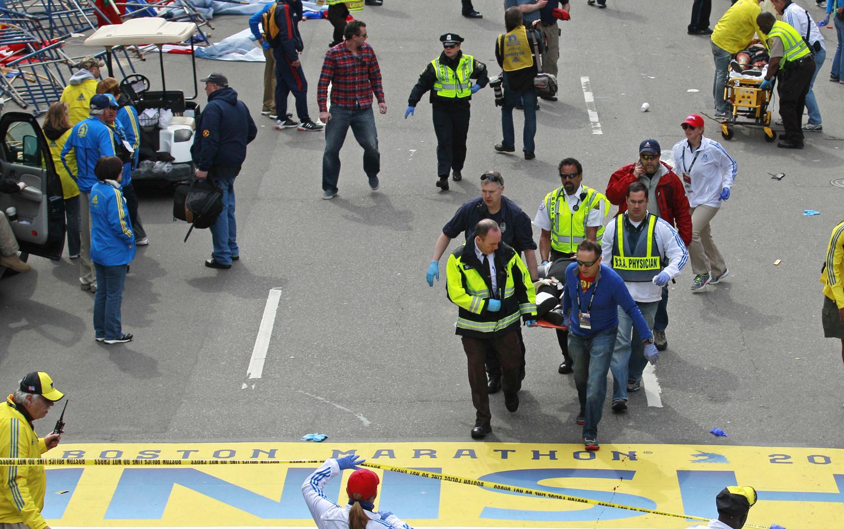 Duas fortes explosões deixaram vários feridos na chegada da Maratona de Boston, nos EUA, nesta segunda-feira (15).