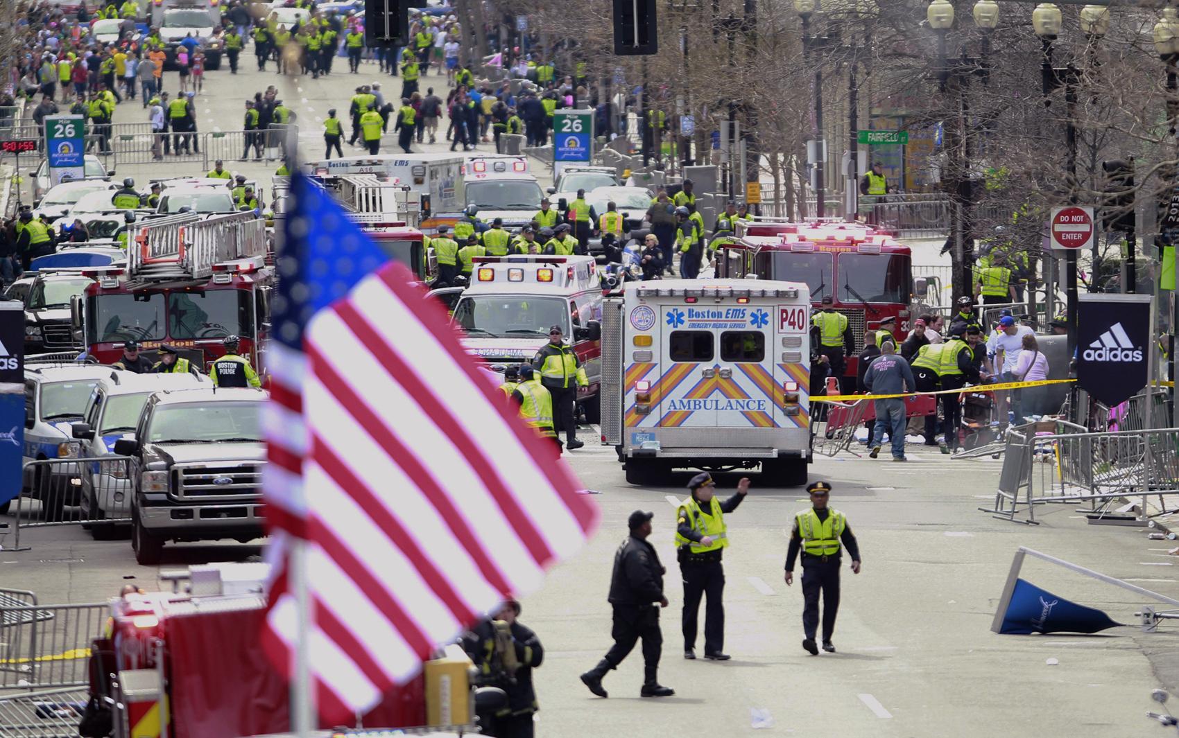 Bombeiros e polícia trabalham em local das explosões em Boston.