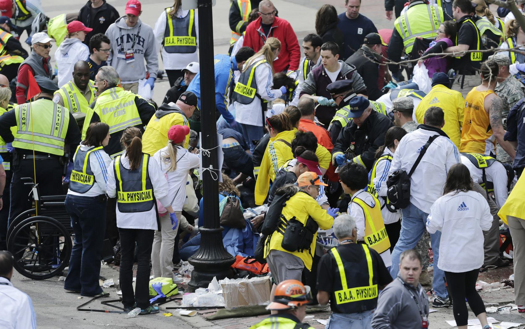 Equipes de resgate atendem vítimas da explosão em Boston.