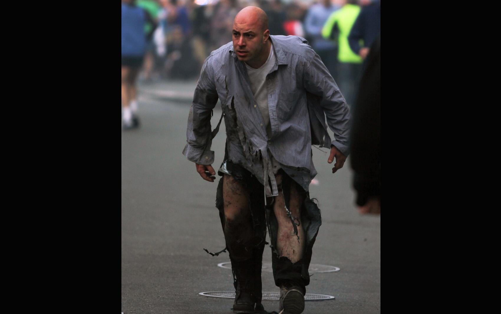 Homem ferido em explosão durante maratona de Boston procura atendimento médico .