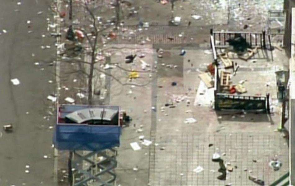 Destroços da explosão na maratona de Boston.