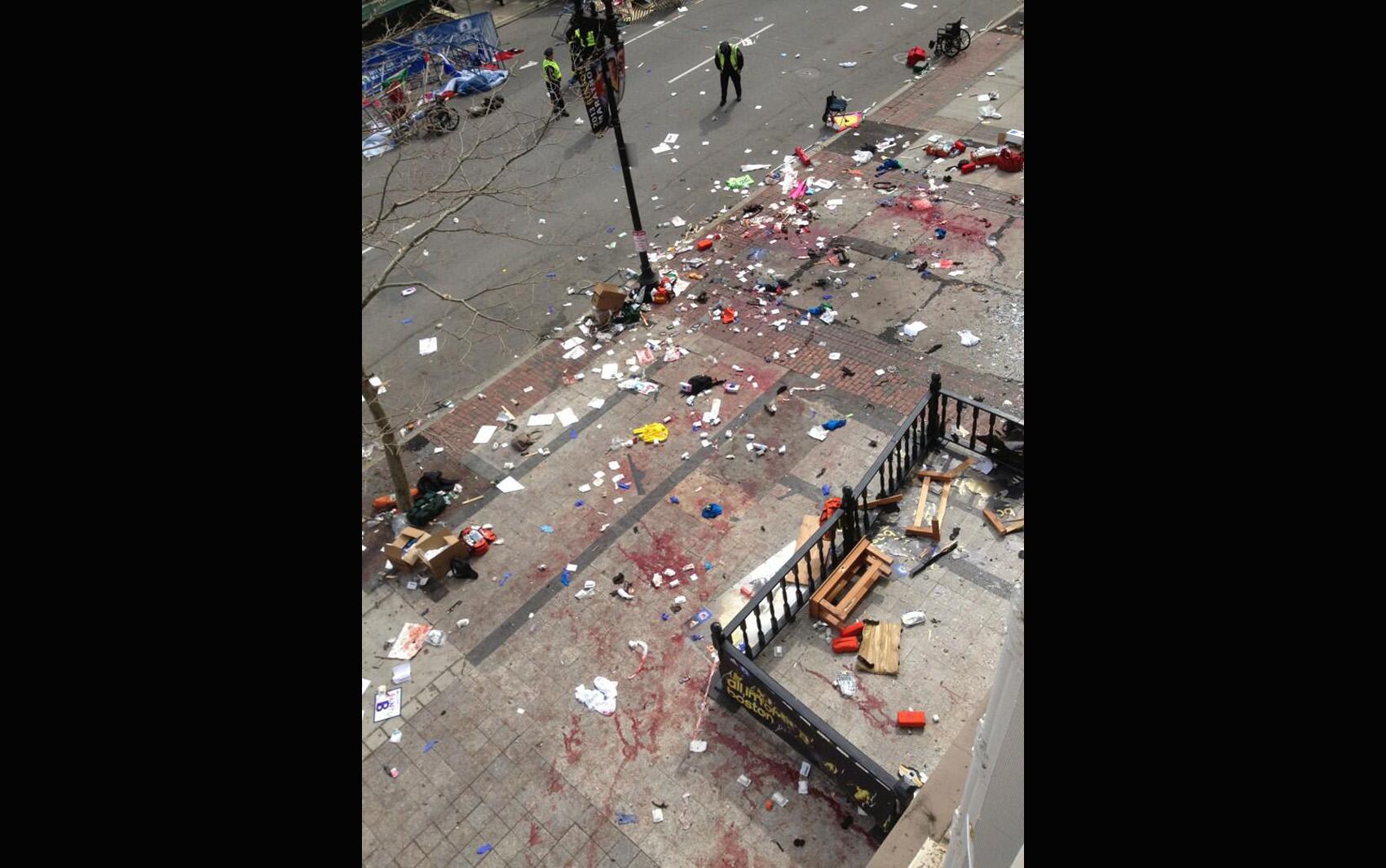 Local da explosão próximo da linha de chegada da maratona de Boston.