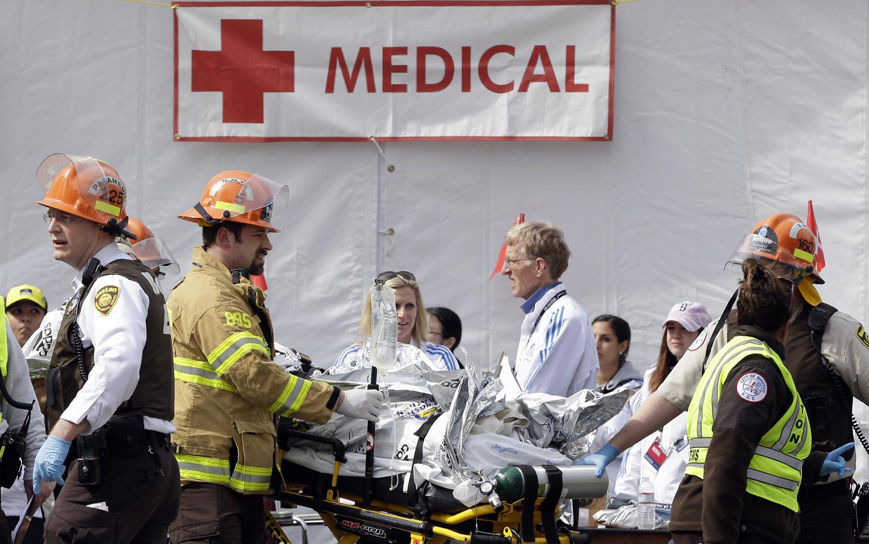 Médicos atendem os feridos durante explosão na maratona de Boston.