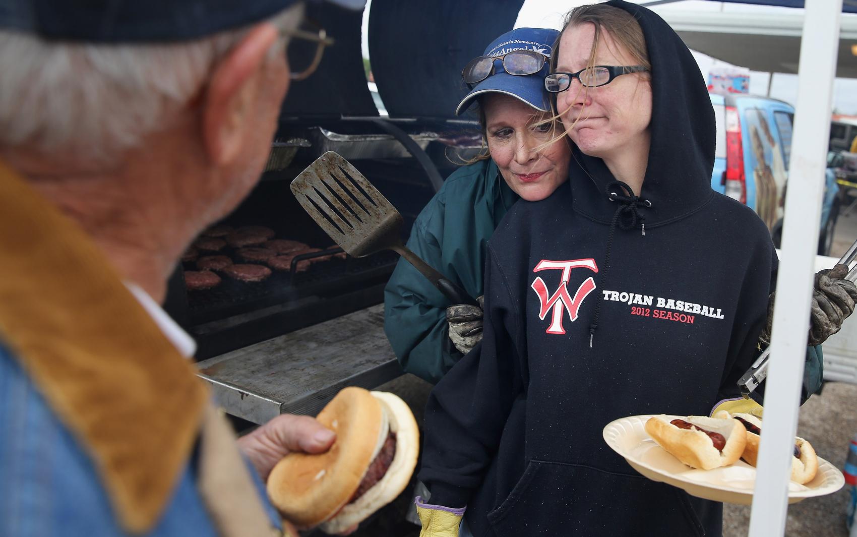 Desabrigados depois da explosão no Texas se reúnem para comer em um centro comunitário em West.