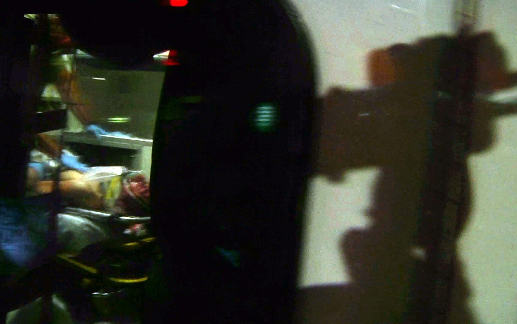 Capturado, o suspeito Dzhokhar Tsarnaev é colocado em ambulância com ferimentos