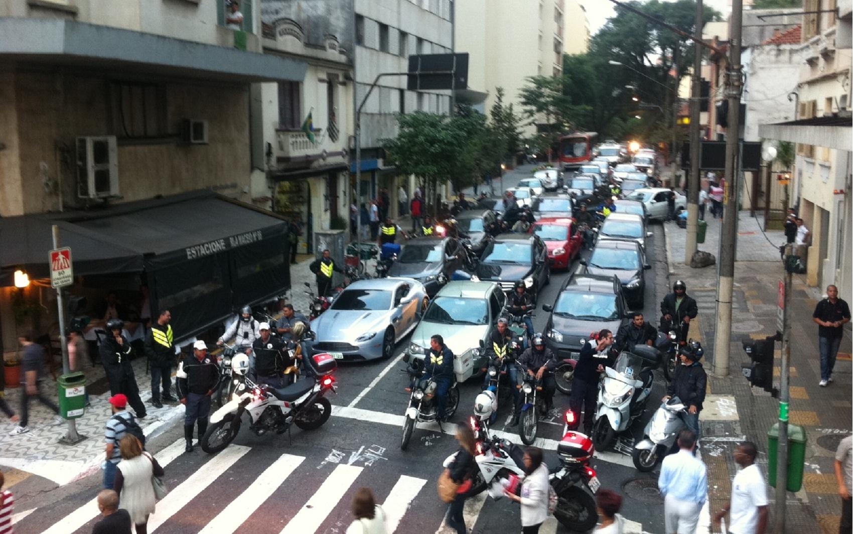 Rua Matias Aires foi bloqueada para passagem de passeata que seguia em direcao à Secretaria da Educação.