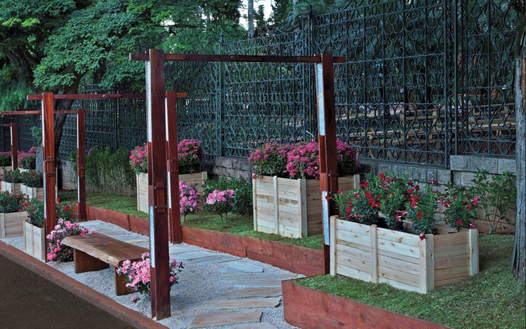 O arquiteto e paisagista José Renato de Carvalho e a paisagista Natália de Veiga Okuma buscaram inspiração no jardim europeu para compor o ambiente