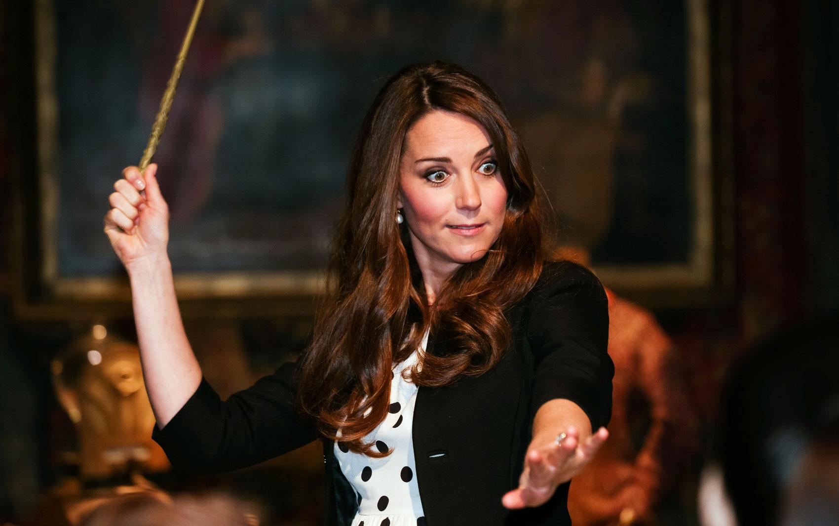 Kate, a duquesa de Cambridge, brinca fazendo pose com uma varinha de bruxo durante visita à parte dedicada aos filmes de Harry Potter, na inauguração dos estúdios da Warner Bros. em Leavesden, Inglaterra.