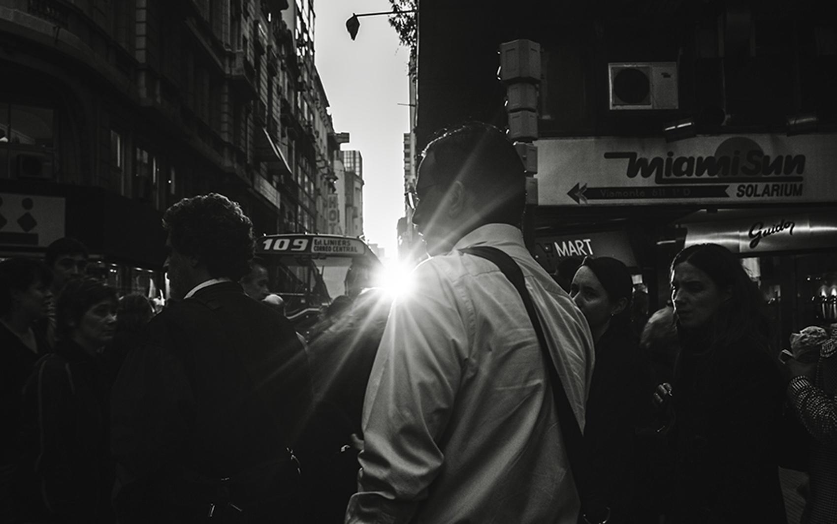 """A foto dos pedestres na Calle Florida, em Buenos Aires, foi feita em uma tentativa só pela fotógrafa Nina Quintana, com uma Sony Alpha 330, em um domingo de 2009. """"Estava com câmera, mas estava com medo de usá-la, por causa da multidão"""", conta."""