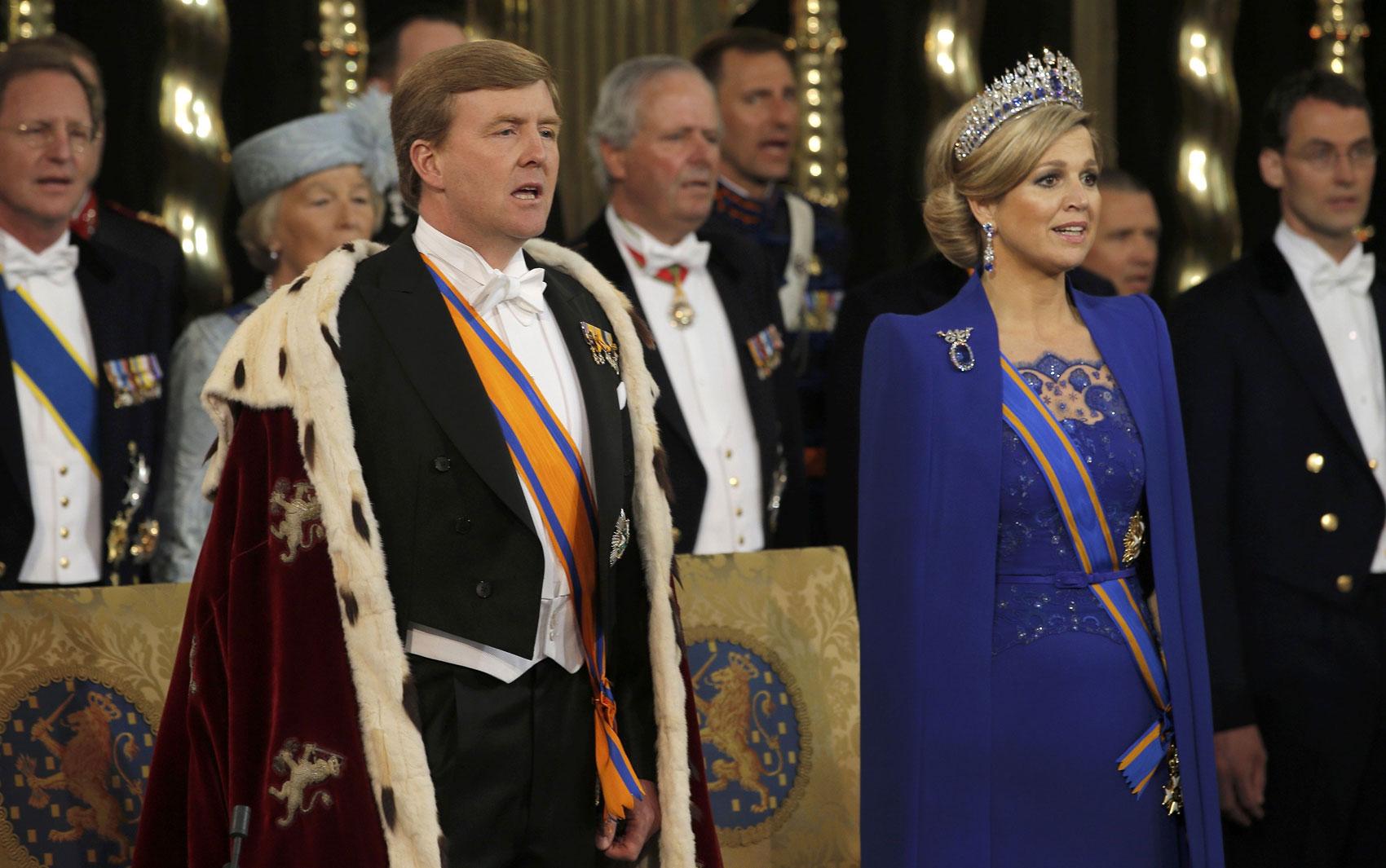 O rei Willem-Alexander e sua esposa, Maxima, participam da cerimônia em igreja de Amsterdã