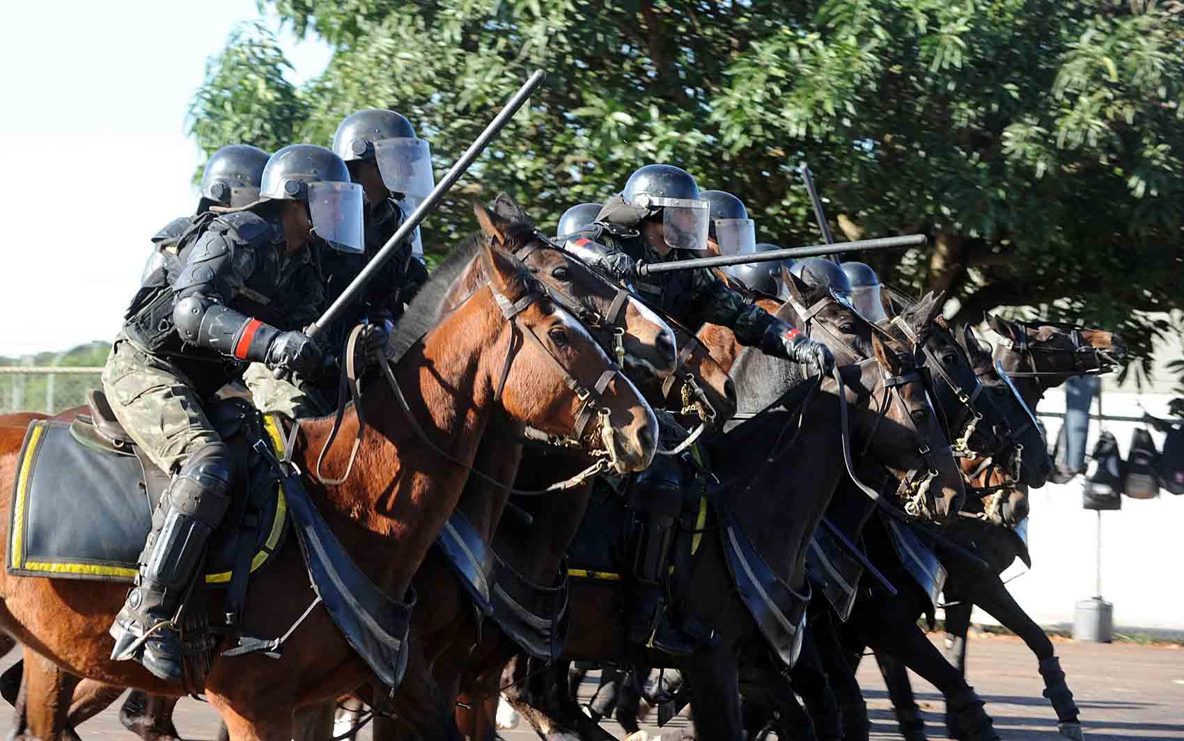 Soldados do Exército fazem exercício contra tumultos em Brasília como preparação para as copas das Confederações e do Mundo