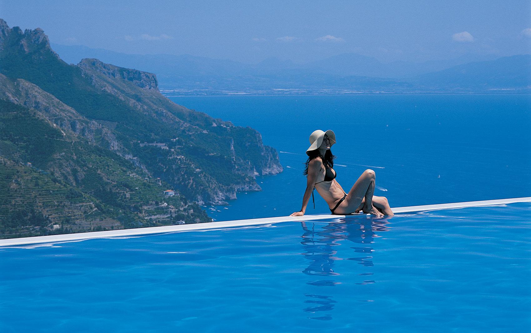 Piscinas infinitas são aquelas que dão a ilusão de que a água se estende até o horizonte. Além de bela, a do hotel Hotel Caruso Belvedere, na Itália, tem mordomias para os hóspedes: um concierge leva frutas frescas, bebidas e até iPod para os banhistas