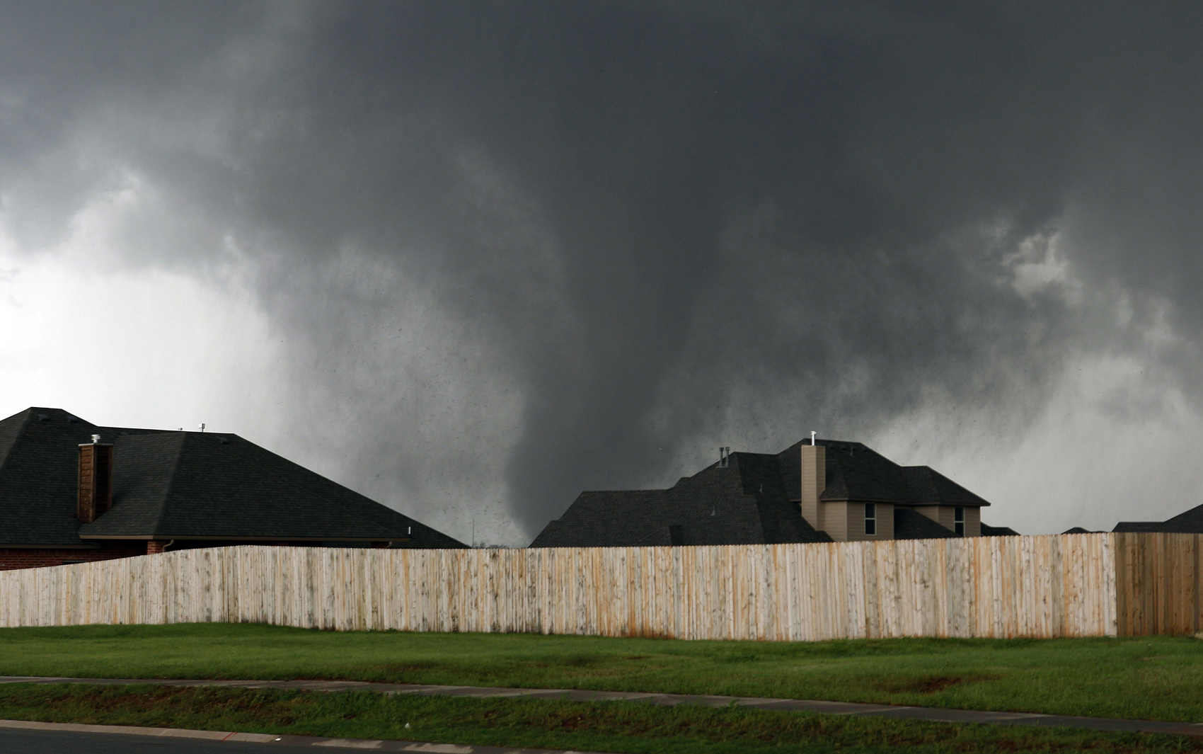 Tornado passa por casas em Moore, Oklahoma, nos Estados Unidos, nesta segunda-feira (20). 