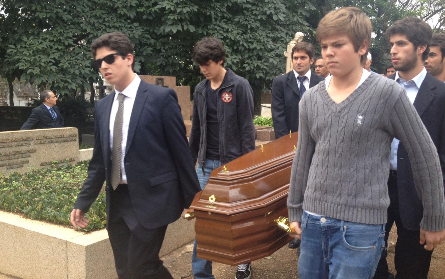 Familiares levam caixão com o corpo de Ruy Mesquita durante o enterro