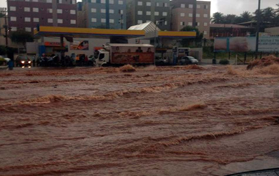 Avenida Rondon Pacheco foi tomada pela água