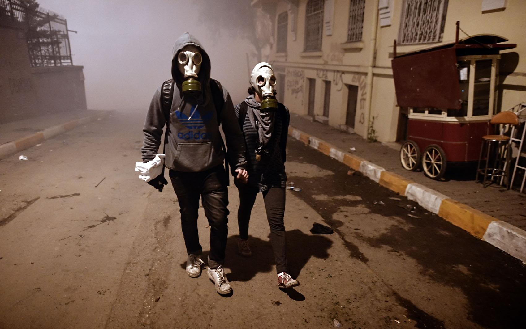 Парень с девушкой в маске фото на аву