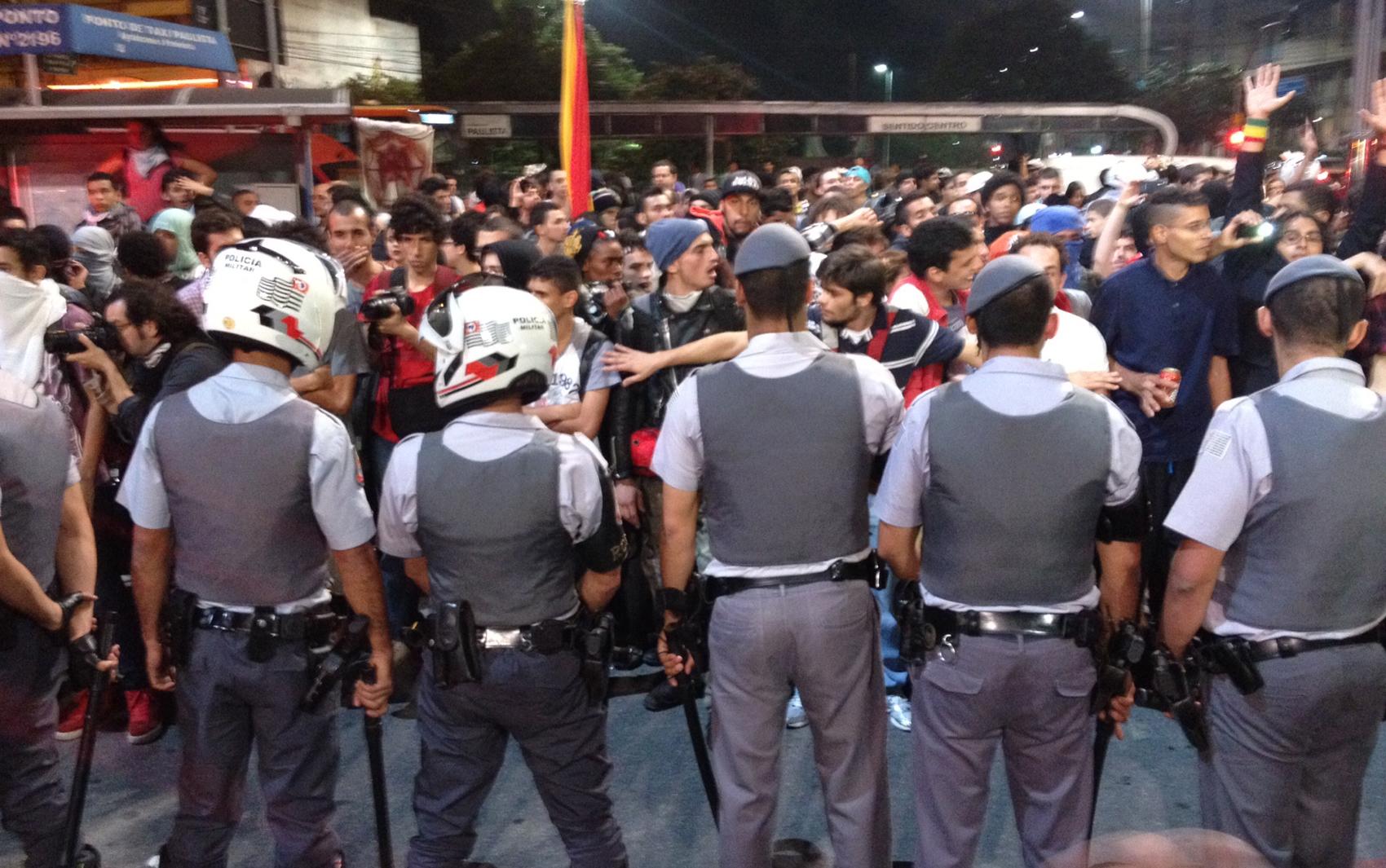 Policiais tentam impedir acesso de manifestantes na Av. Paulista nesta sexta-feira (7), quando São Paulo enfrentou o segundo dia de protesto contra o aumento da tarifa de transporte coletivo.